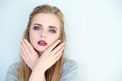 Zurückblickende Zusammenfassung Schönes vorbildliches Mädchen mit perfekter frischer sauberer Haut und Dunkelheit, die Berufsmake Lizenzfreie Stockbilder