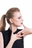 Zurückblickende Zusammenfassung Schönes vorbildliches Mädchen mit perfekter frischer sauberer Haut und Dunkelheit, die das Berufs Stockbilder