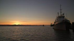 Zurückgehender Schlepper, Fraser River Sunset, BC 4K UHD stock footage