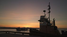 Zurückgehendes Fishboat, Fraser River Sunset, BC 4K UHD stock video footage