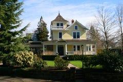 Zurückgestelltes altes Haus. Lizenzfreies Stockbild