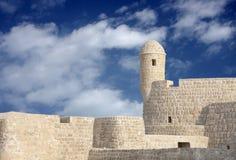 Zurückgestelltes portugiesisches Fort mit Uhrkontrollturm, Bahrain Stockfoto