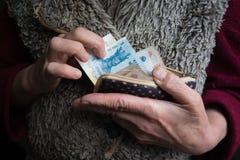 Zurückgezogen mit Moldovan-Leu in seinen Händen Das Konzept der Sozialversicherung stockfotos
