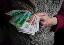 Zurückgezogen mit russischen Rubeln in seinen Händen Das Konzept der Sozialversicherung stockfoto
