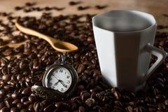 Zurückhaltender Kaffee in der Dunkelheit Lizenzfreies Stockfoto