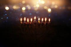 Zurückhaltendes abstraktes Bild jüdischen Feiertag Chanukka-Hintergrundes mit menorah u. x28; traditionelles candelabra& x29; Stockbilder