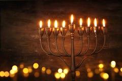 Zurückhaltendes abstraktes Bild jüdischen Feiertag Chanukka-Hintergrundes mit menorah u. x28; traditionelles candelabra& x29; Stockbild