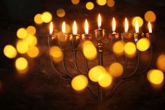 Zurückhaltendes abstraktes Bild jüdischen Feiertag Chanukka-Hintergrundes mit menorah u. x28; traditionelles candelabra& x29; Lizenzfreies Stockfoto