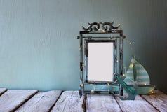 Zurückhaltendes Bild des alten Rahmens des Victorianstahlblau-freien Raumes mit feenhafter Girlande beleuchtet Lizenzfreie Stockfotos