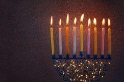 Zurückhaltendes Bild jüdischen Feiertag Chanukka-Hintergrundes mit menorah Lizenzfreie Stockfotos