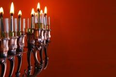 Zurückhaltendes Bild jüdischen Feiertag Chanukka-Hintergrundes mit menorah Lizenzfreies Stockbild