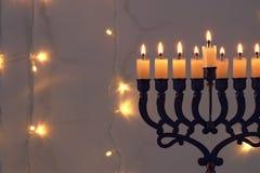 Zurückhaltendes Bild jüdischen Feiertag Chanukka-Hintergrundes mit menorah u. x28; traditionelles candelabra& x29; Lizenzfreie Stockfotografie