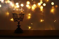 Zurückhaltendes Bild jüdischen Feiertag Chanukka-Hintergrundes mit menorah u. x28; traditionelles candelabra& x29; und brennende  Stockfoto