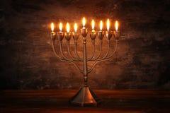 Zurückhaltendes Bild jüdischen Feiertag Chanukka-Hintergrundes mit menorah u. x28; traditionelles candelabra& x29; und brennende  Lizenzfreie Stockfotografie
