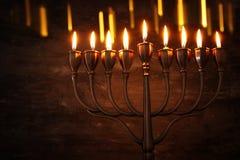 Zurückhaltendes Bild jüdischen Feiertag Chanukka-Hintergrundes mit menorah u. x28; traditionelles candelabra& x29; und brennende  Stockfotos