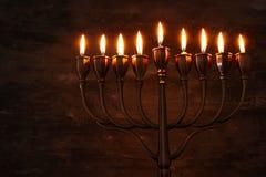 Zurückhaltendes Bild jüdischen Feiertag Chanukka-Hintergrundes mit menorah u. x28; traditionelles candelabra& x29; und brennende  Stockbilder