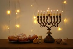 Zurückhaltendes Bild jüdischen Feiertag Chanukka-Hintergrundes mit traditioneller spinnig Spitze, menorah u. x28; traditionelles  Lizenzfreies Stockbild