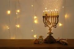 Zurückhaltendes Bild jüdischen Feiertag Chanukka-Hintergrundes mit traditioneller spinnig Spitze, menorah u. x28; traditionelles  Lizenzfreie Stockfotografie