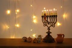 Zurückhaltendes Bild jüdischen Feiertag Chanukka-Hintergrundes mit traditioneller spinnig Spitze, menorah u. x28; traditionelles  Stockfotografie