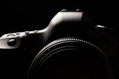 Zurückhaltendes Bild professioneller moderner DSLR-Kamera Stockbilder