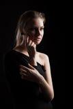 Zurückhaltendes Porträt einer jungen Frau lizenzfreie stockbilder