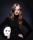 Zurückhaltendes Portrait eines schönen Mädchens mit Schablone Lizenzfreies Stockfoto