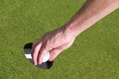Zurückholen eines Golfballs Stockfotos