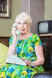 Zurückschreckende Dame am Telefon lizenzfreies stockbild