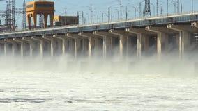 Zurückstellen des Wassers am Wasserkraftwerk auf dem Fluss stock video