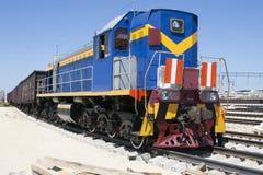 Zurückstellende Lokomotiven sprangen die Schienen Lizenzfreies Stockbild