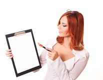 Zur Ansicht des lächelnden Geschäftsfrauschreibens im Klemmbrett lizenzfreies stockfoto