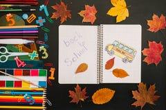 Zur?ck zu Schule-Konzept Schule und B?roartikel auf Tafelhintergrund stockfoto