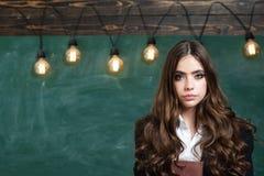 Zur?ck zu Schule und Hausunterricht Porträt des Mädchenjugendlichen in der Schule Schöne Frau, die ihre Bücher im Auditorium hält lizenzfreies stockfoto