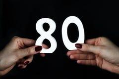 Zur Frau übergibt die Zahl von achtzig Stockfoto