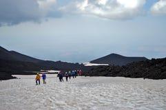 Zur Spitze des Vulkans lizenzfreie stockfotos
