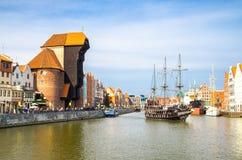 Zuraw kran och färgrika byggnader på den Motlawa floden, Gdansk, Pol royaltyfri foto