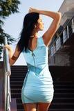 Zurück vom Brunette im blauen Kleid Lizenzfreie Stockbilder