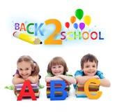 Zurück zu Schule - Kinder mit Büchern und Zeichen Lizenzfreies Stockfoto