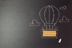 Zurück zu Schulhintergrund mit dem Luftballon hergestellt von den Bleistiften Lizenzfreie Stockfotos