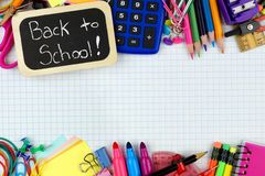 Zurück zu Schultag mit Schulbedarf auf Zeichenpapier mit Maßeinteilung Lizenzfreies Stockfoto