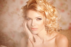 Zurückblickende Zusammenfassung Gesicht eines jungen schönen lächelnden blondy Mädchens Stockfoto
