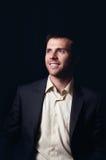 Zurückhaltendes Porträt eines lächelnden Geschäftsmannes Stockbilder