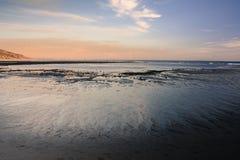 Zurücktretenwasser auf einer Malibu-Küstenlinie Stockbild