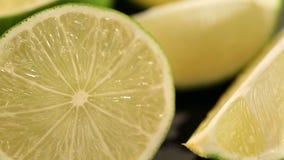 Zure die kalk als ingrediënt voor het koken van schotel of cocktail, vitamine Cbron wordt voorbereid stock video