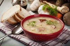 Zure die soep van roggebloem wordt gemaakt Stock Afbeeldingen