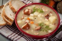 Zure die soep van roggebloem wordt gemaakt royalty-vrije stock afbeeldingen