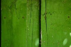 Zure groene houten oude planking achtergrond met barsten stock afbeelding