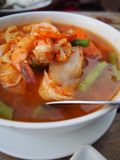 Zure kerrie met groenten zoals witte kool en lange boon en garnalen, Thais voedsel stock afbeelding