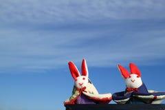 Zurechtgemachtes Kaninchen spielt im bewölkten blauen Himmel Stockbild