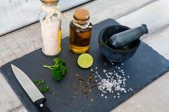 Zurechtmachen von Salaten Lizenzfreies Stockfoto